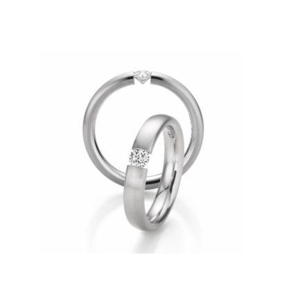 Ring aus Platin mit eingespanntem Brillanten