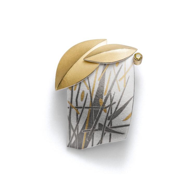 Anhänger mit zwei goldenen Blättern und grau weißem Muster
