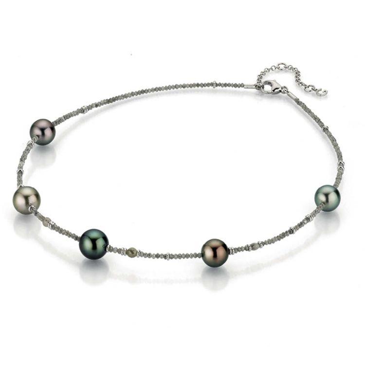 Kurzes Collier mit Marutea-Zuchtperlen zwischen facettierten grauen Diamanten