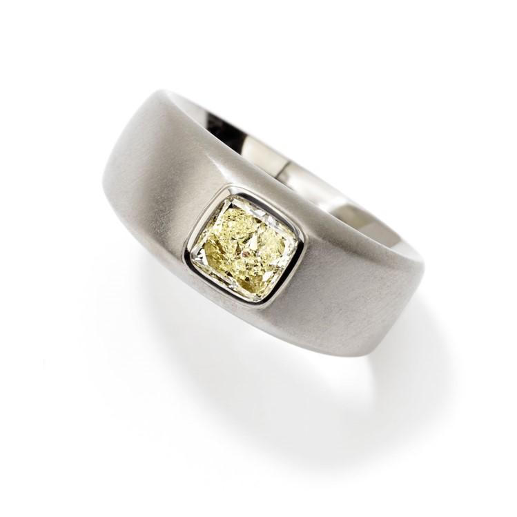 Ring in Weißgold mit gelbem Diamanten in Kissenschliff