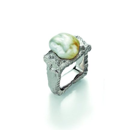 Viereck als Ring mit heller Fiji-Zuchtperle in barocker Form