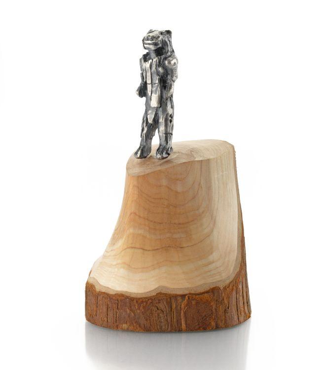 Der eiszeitliche Löwenmensch auf einem Holzsockel als kleine Statue