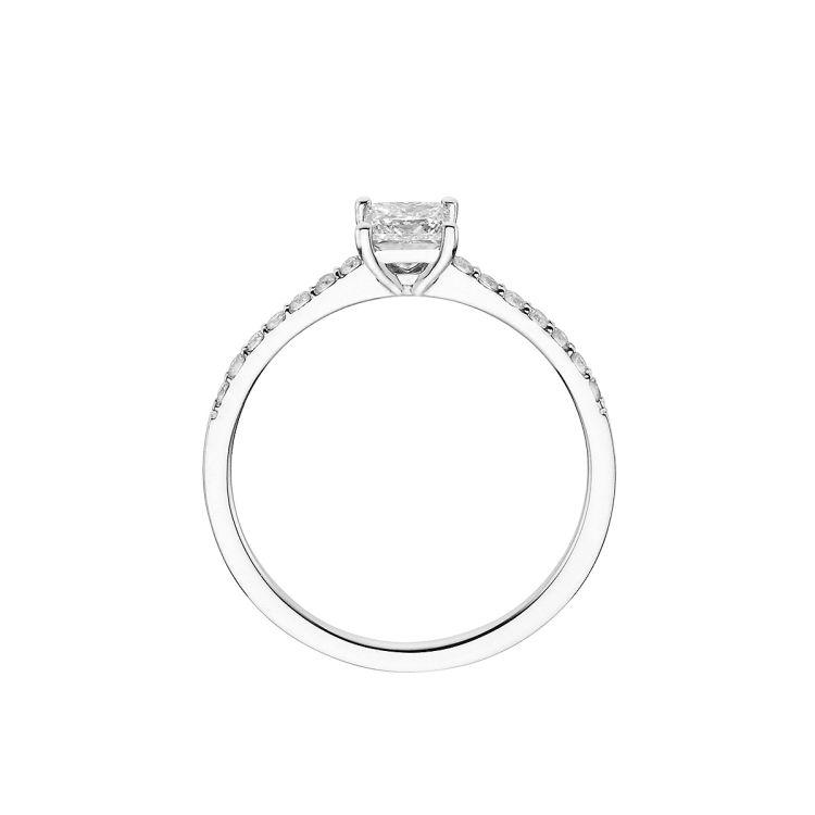 Verlobungsring mit quadratischem Diamant in der Mitte und brillantbesetzter Ringschiene