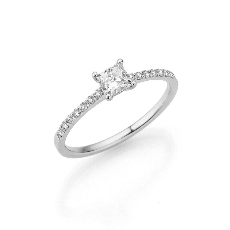 Verlobungsring mit quadratischem Diamant in der Mitte und kleinen Brillanten seitlich